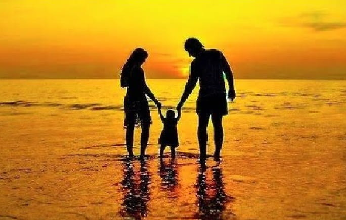 родители с ребенком в воде